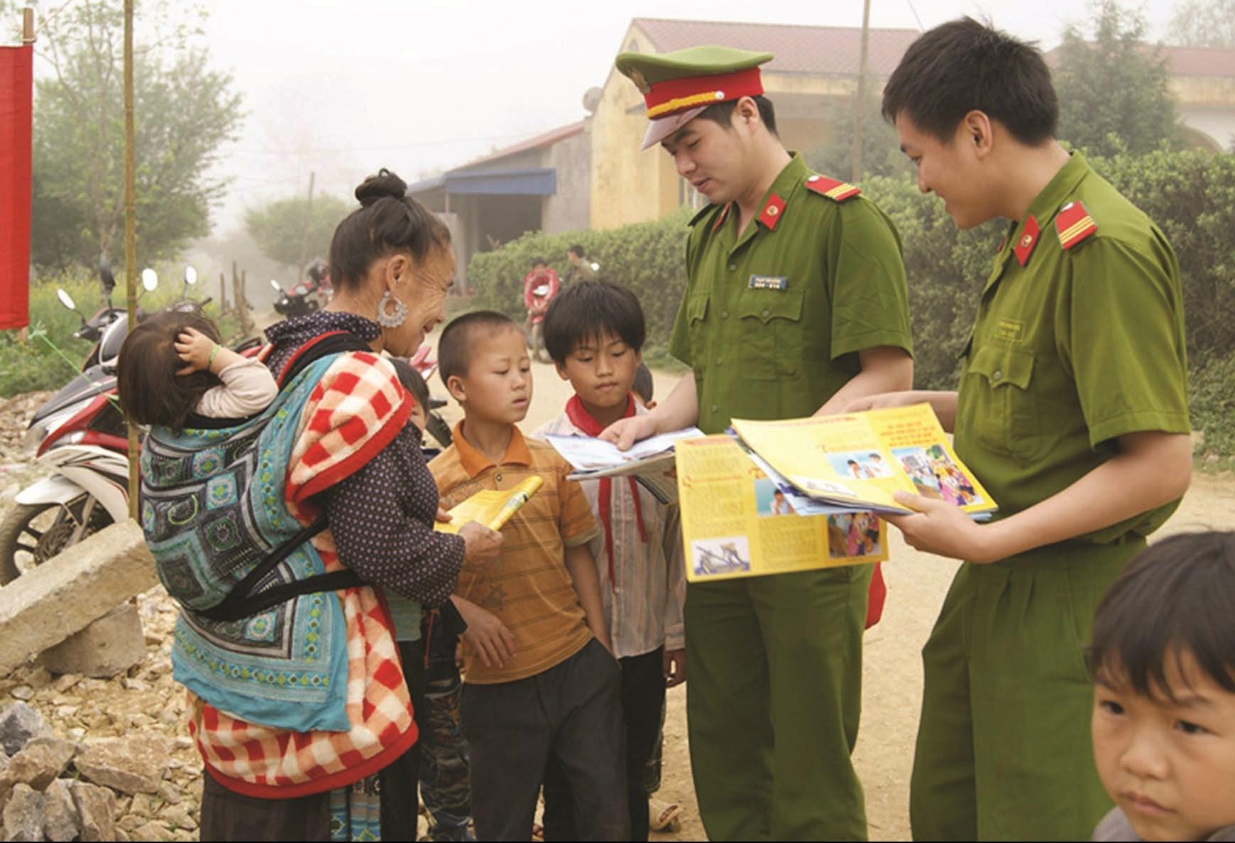 Lực lượng Công an thường xuyên bám địa bàn, phát tờ rơi tuyên truyền pháp luật tới bà con đồng bào DTTS