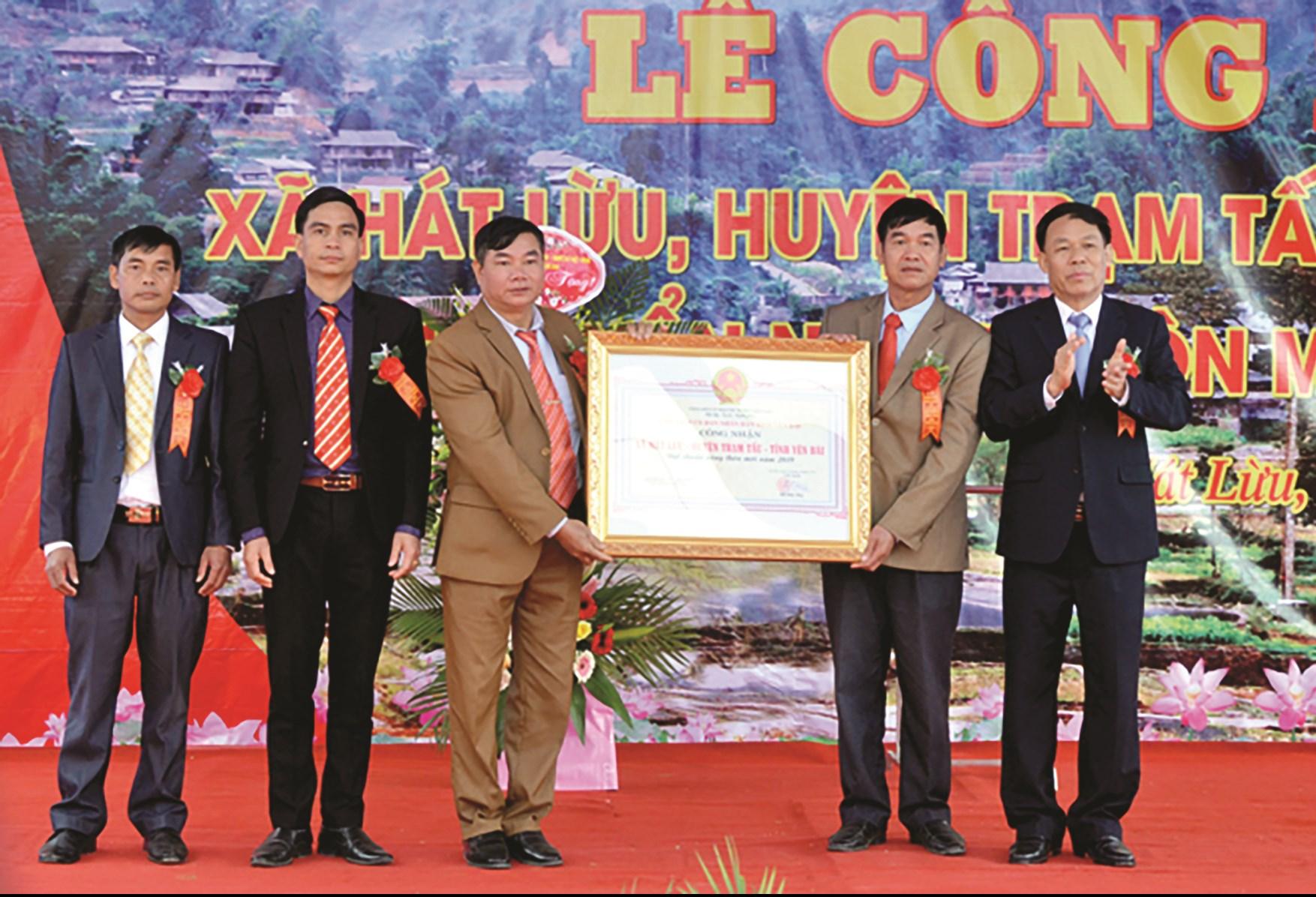 Phó Chủ tịch UBND tỉnh Nguyễn Văn Khánh (người ngoài cùng bên phải) trao Quyết định công nhận xã Hát Lừu đạt chuẩn NTM