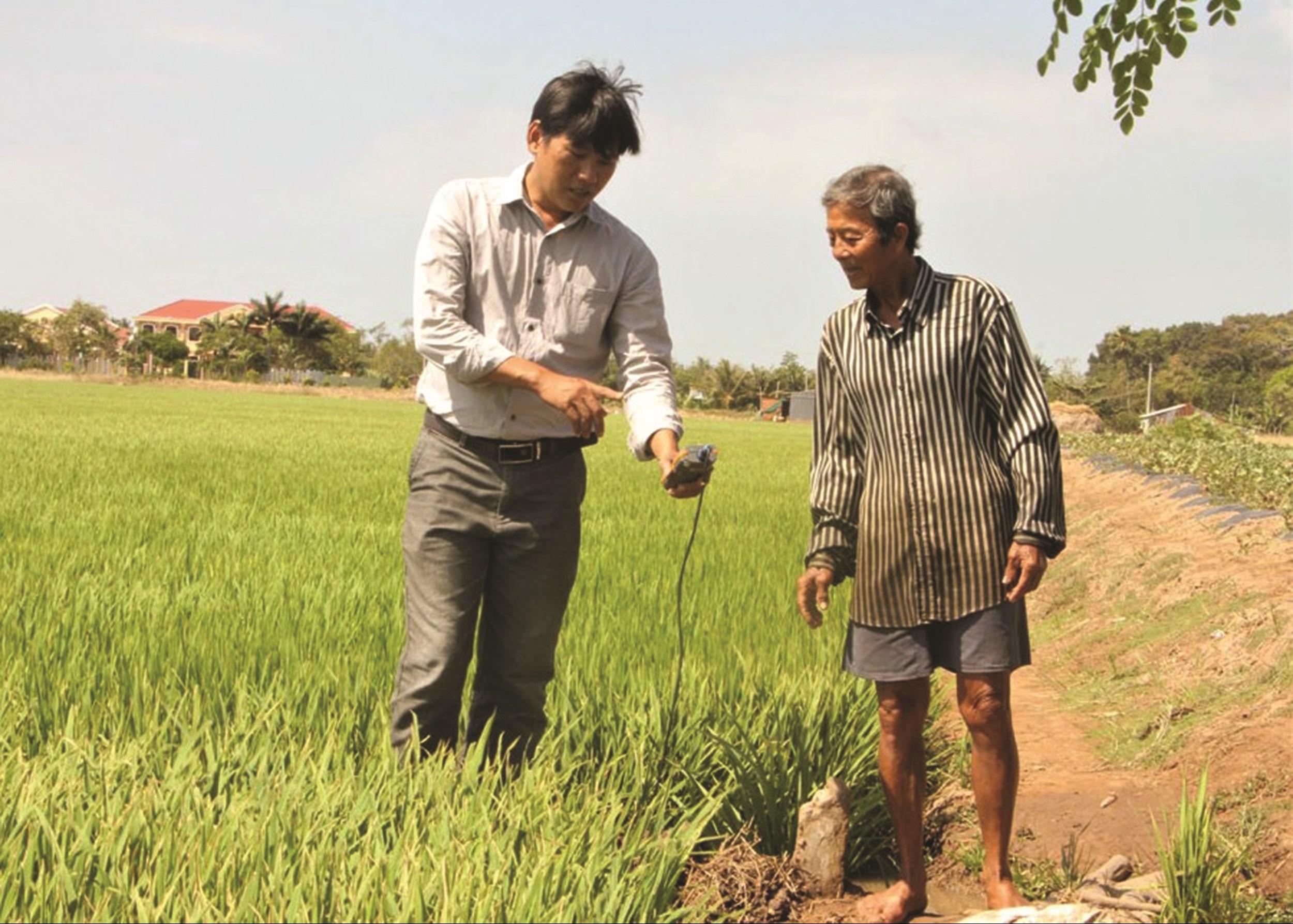 Ông Danh Dươi (bên phải) – nông dân huyện Trần Đề chủ động mùa vụ tránh hạn