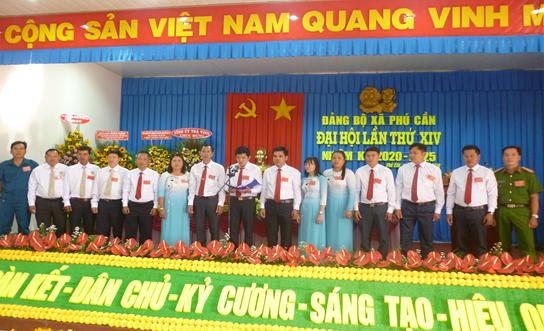 Ban Chấp hành Đảng bộ xã Phú Cần khóa XIV, nhiệm kỳ 2020 - 2025 ra mắt Đại hội.