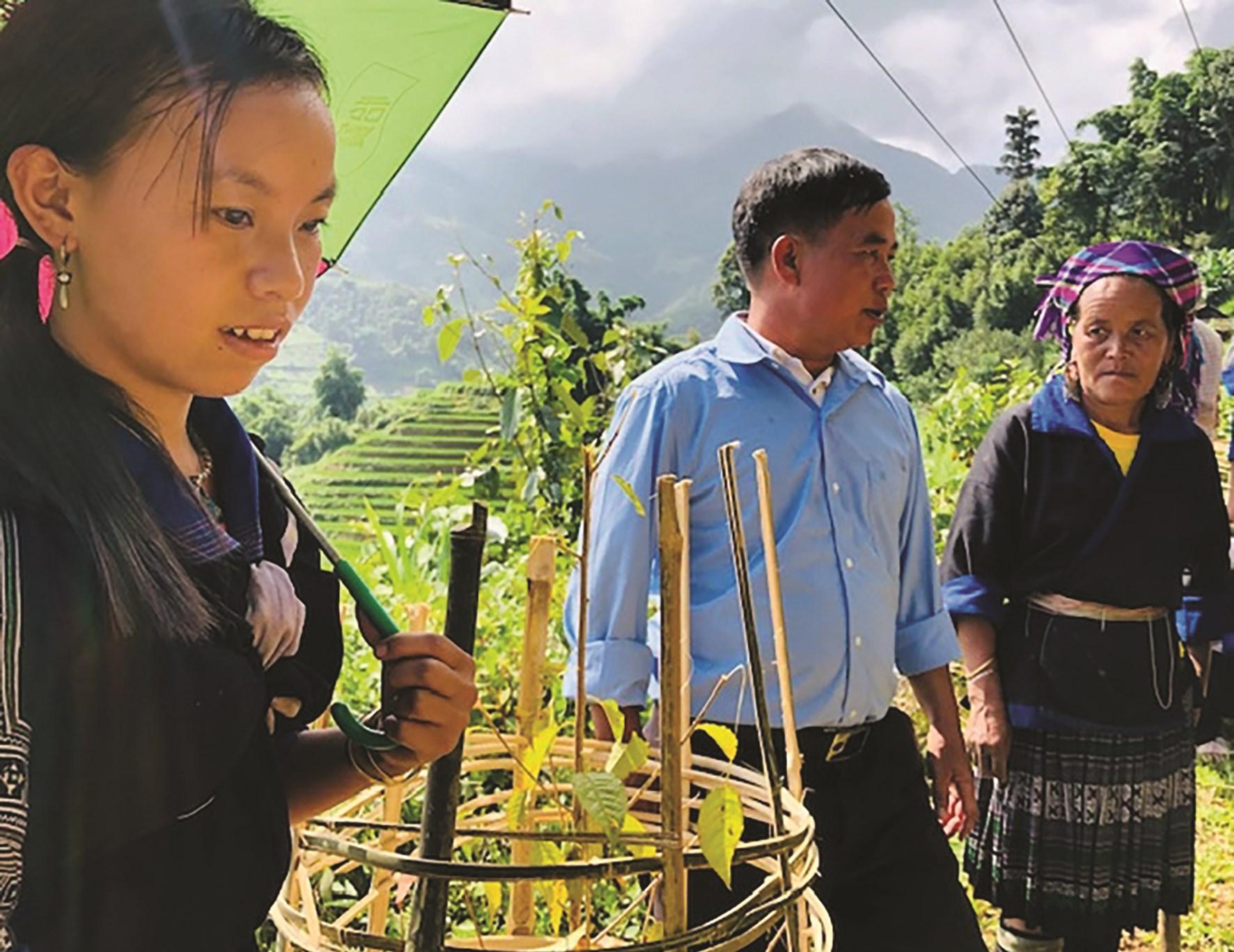 Chủ tịch Hội Nông dân xã Lao ChảiGiàng A Tồng vận động bà con trồng cây ven đường tạo cảnh quan thu hút khách du lịch