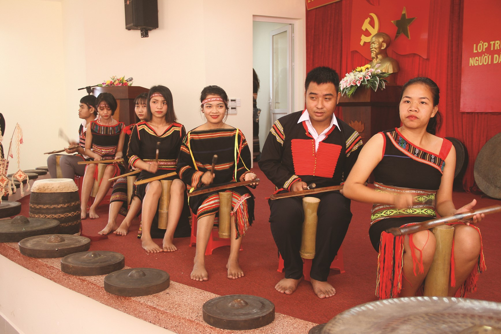 Sinh viên biểu diễn chiêng tre