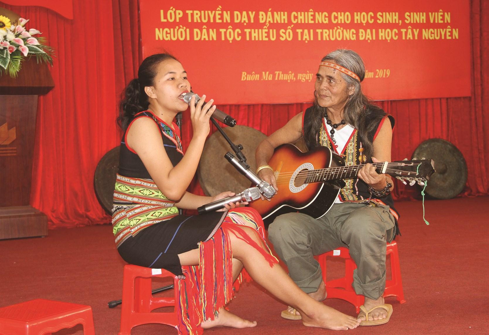 Nghệ nhân A Biu dạy sinh viên hát dân ca Ba Na