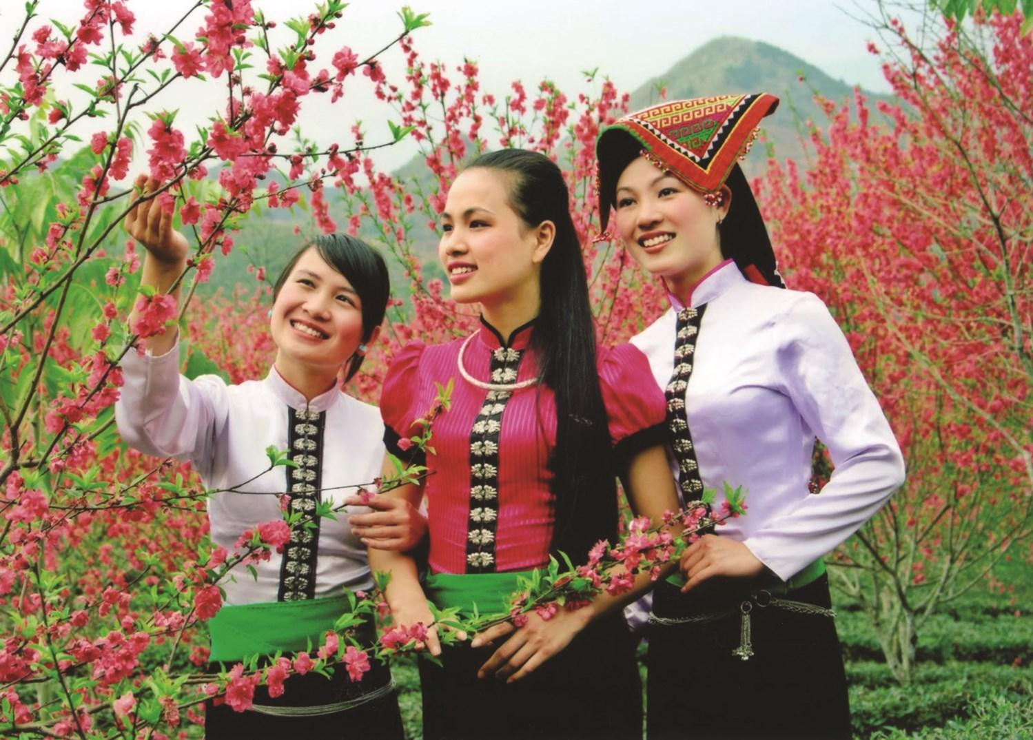Những thiếu nữ dân tộc Thái duyên dáng trong trang phục truyền thống