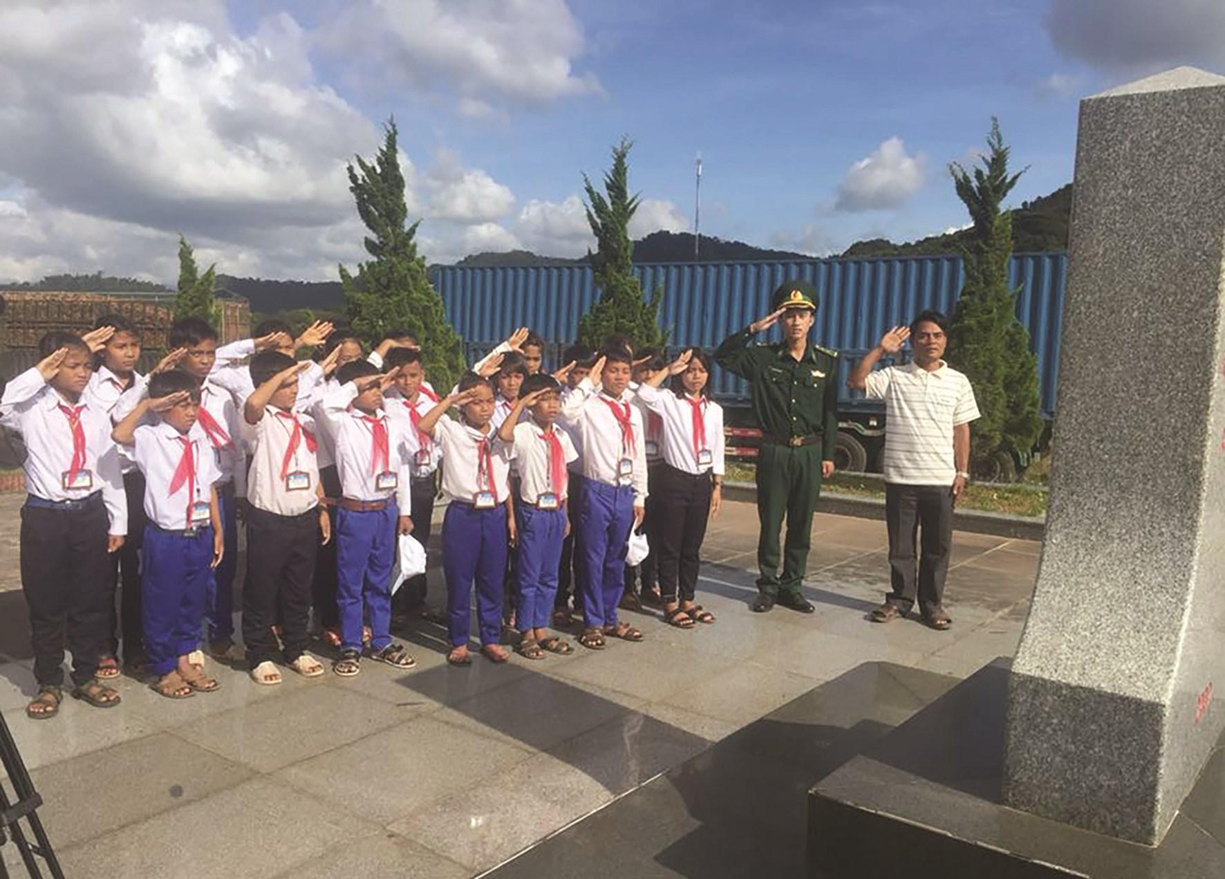 """""""Tiết học biên giới"""" đã và đang góp phần bồi đắp tình yêu quê hương, đất nước cho các em học sinh trên tuyến biên giới tỉnh Quảng Trị"""