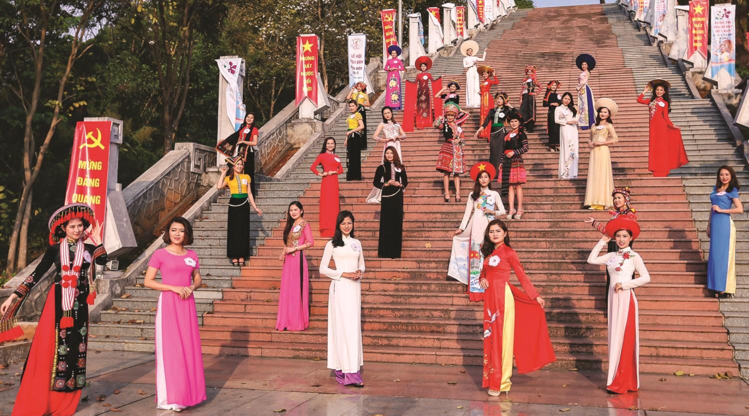 Trình diễn trang phục truyền thống các dân tộc là nội dung quan trọng được tổ chức thường xuyên tại các lễ hội, sự kiện. (Trong ảnh: Trình diễn trang phục truyền thống các dân tộc tỉnh Điện Biên tại lễ hội Hoa ban)