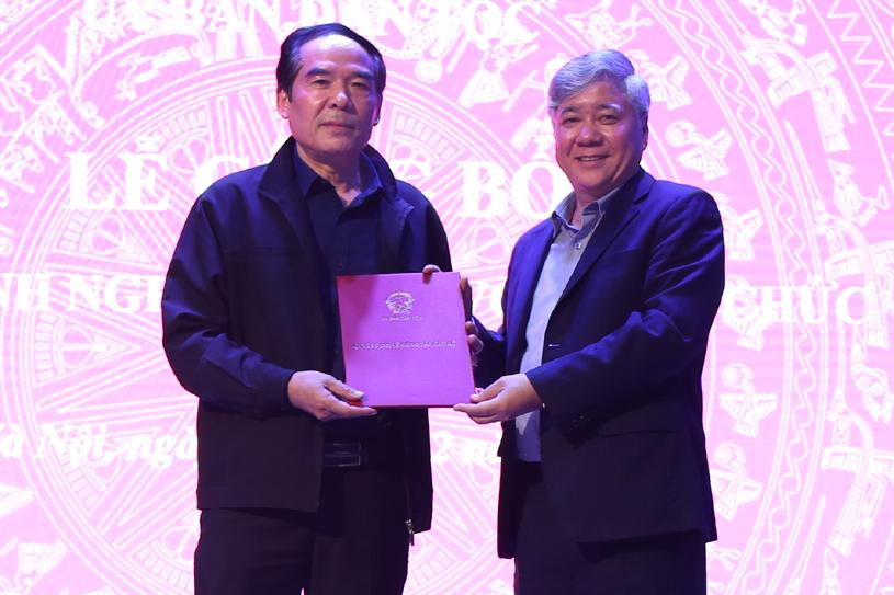 Bộ trưởng, Chủ nhiệm Đỗ Văn Chiến trao Quyết định nghỉ hưu cho ông Lý Anh Tuấn, Vụ trưởng Vụ Pháp chế UBDT