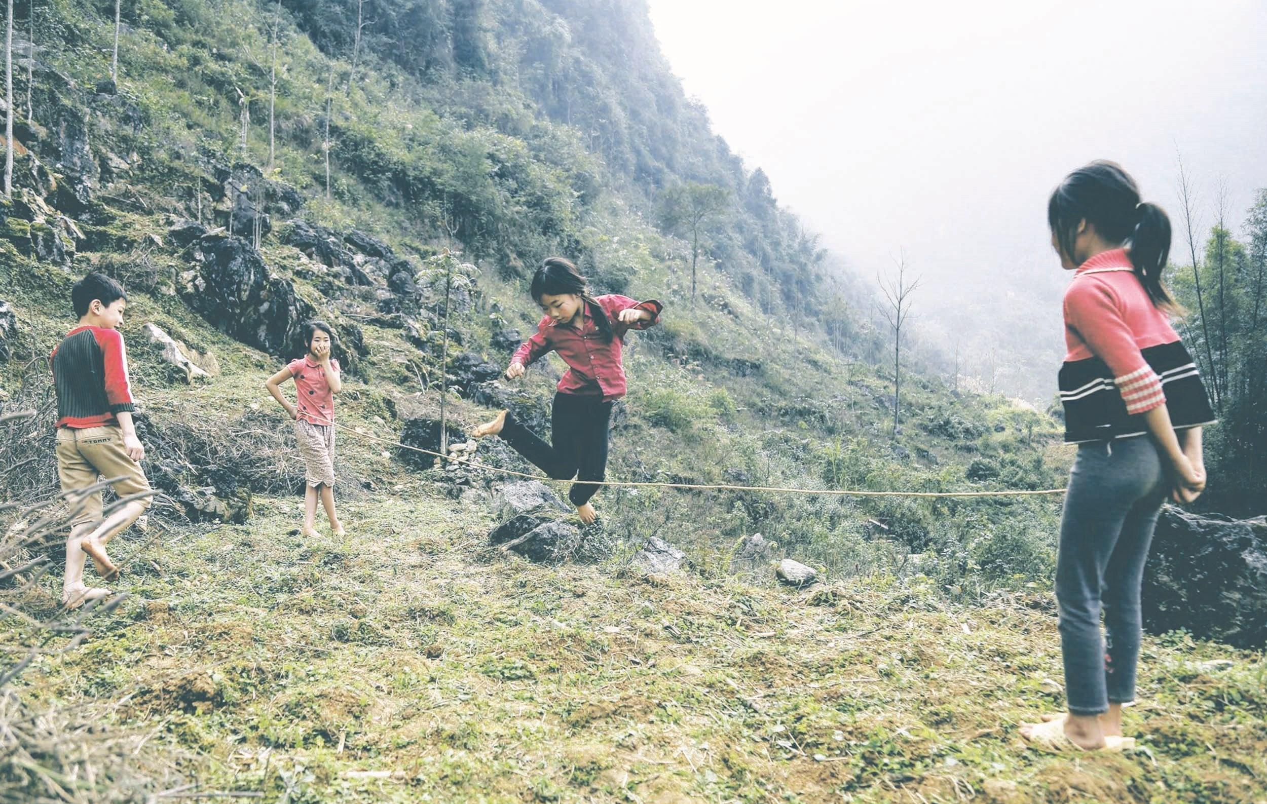 Trẻ em người DTTS ở Cao Bằng tham gia trò chơi nhảy dây