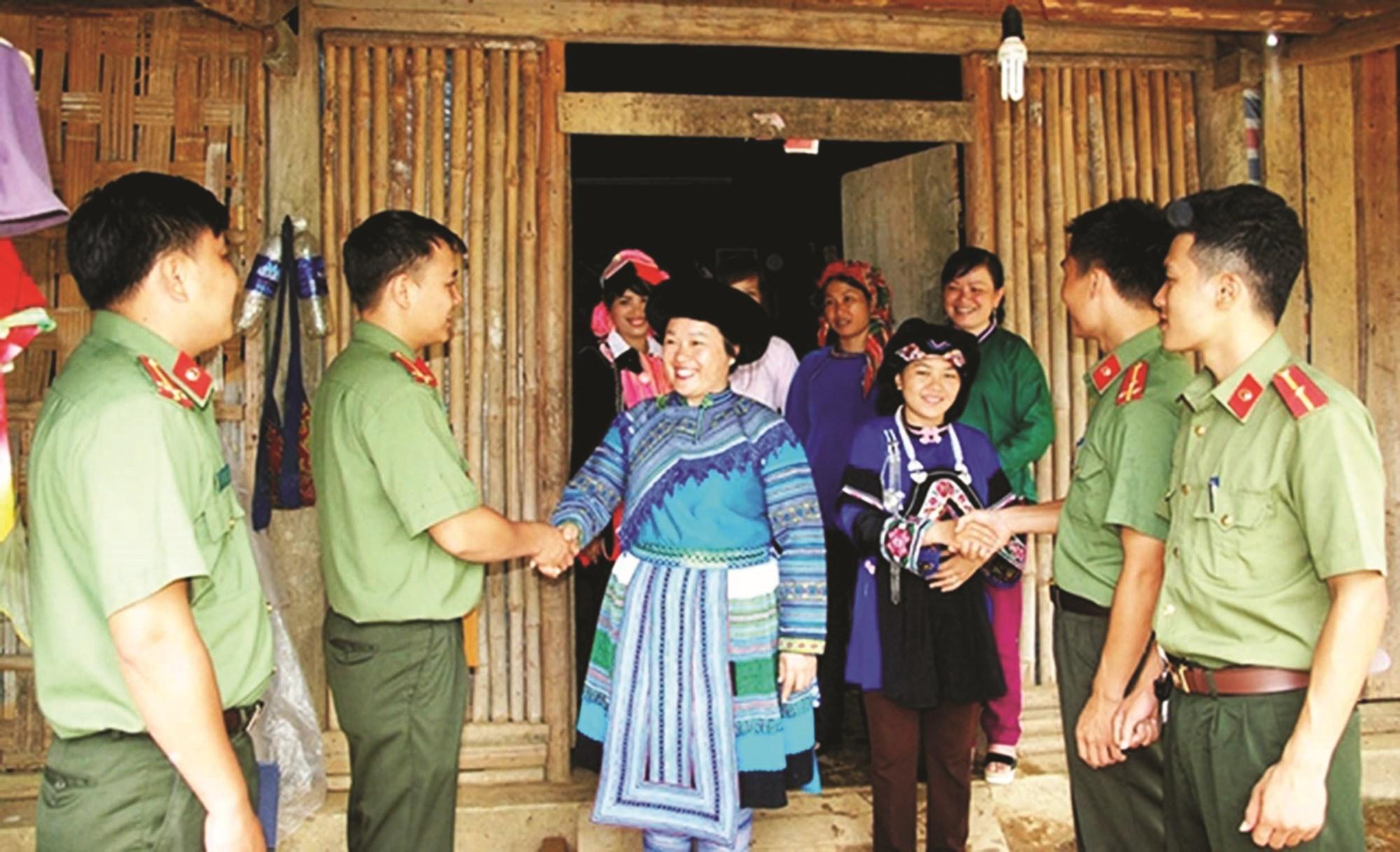 Công an huyện Mường Khương chủ động đến từng thôn bản, hộ gia đình để tuyên truyền vận động đồng bào tuân thủ pháp luật.