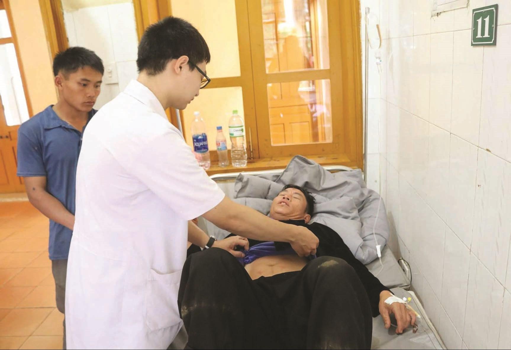 Bác sĩ trẻ Nguyễn Chiến Quyết khám bệnh cho người dân vùng cao