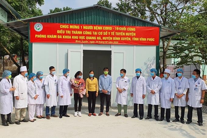 Bệnh nhân thứ 16 nhiễm Covid-19 tại Việt Nam đã xuất viện ngày 26/2 trong niềm vui của các bác sĩ tuyến huyện. (Ảnh: Tuấn Dũng)