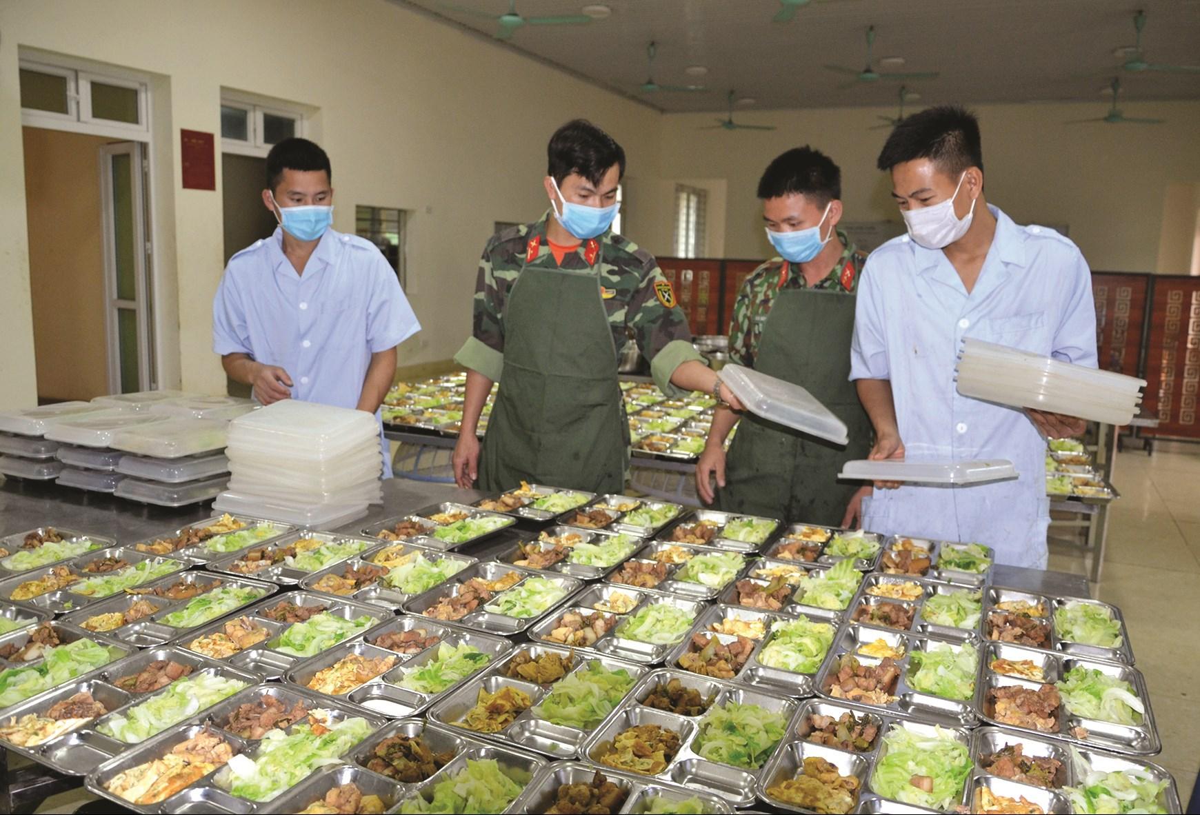 Mỗi ngày, Trường Quân sự tỉnh Lào Cai phục vụ hàng trăm suất ăn cho người dân đang thực hiện cách ly tại đây