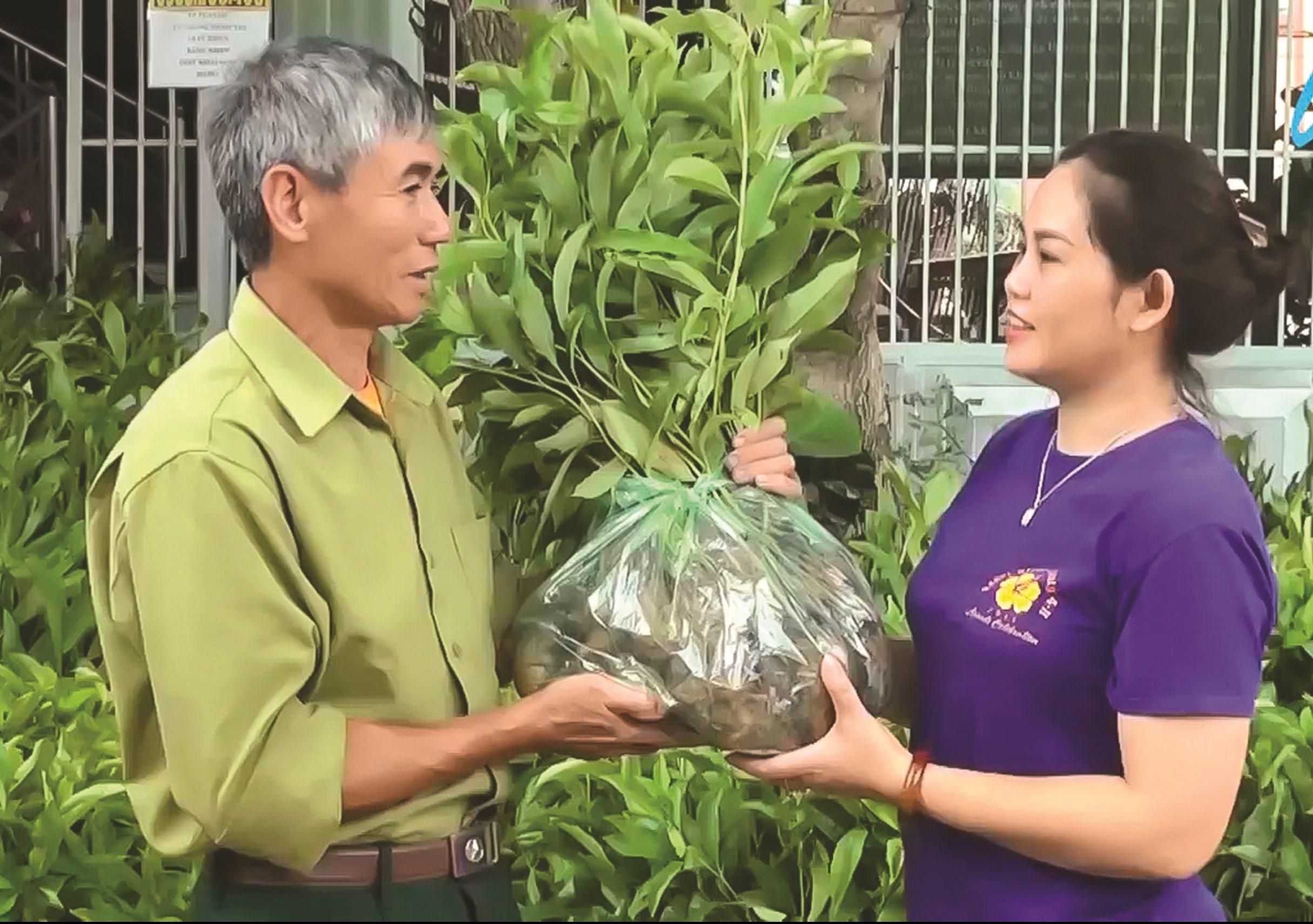 """Đại diện nhóm """"Nhân rộng màu xanh cho rừng"""" trao tặng cây giống cho người dân xã Quài Càng, huyện Tuần Giáo"""
