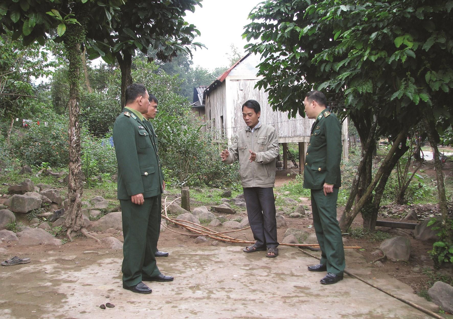 Ông Hồ Văn Thủy trao đổi thông tin với cán bộ, chiến sĩ Đồn Biên phòng Cửa khẩu quốc tế La Lay (BĐBP Quảng Trị)