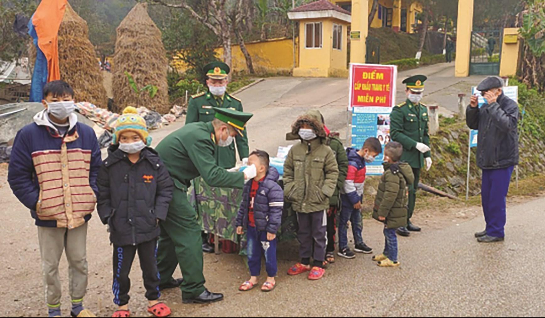 BĐBP ở Trà Lĩnh, Cao Bằng phát khẩu trang cho người dân