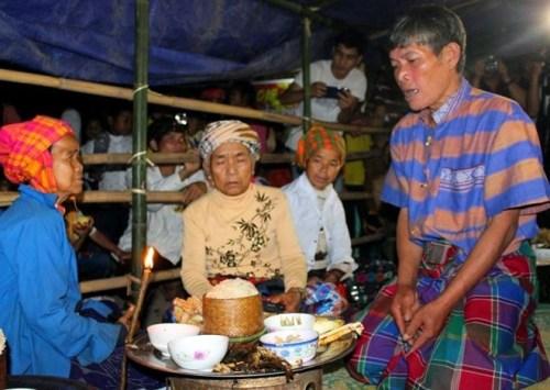Tại Lễ hội, người Ma Coong lựa chọn những của ngon vật lạ bày biện làm lễ cúng tế để tưởng nhớ vị già bản tiên tổ, đền đáp công ơn của Giàng