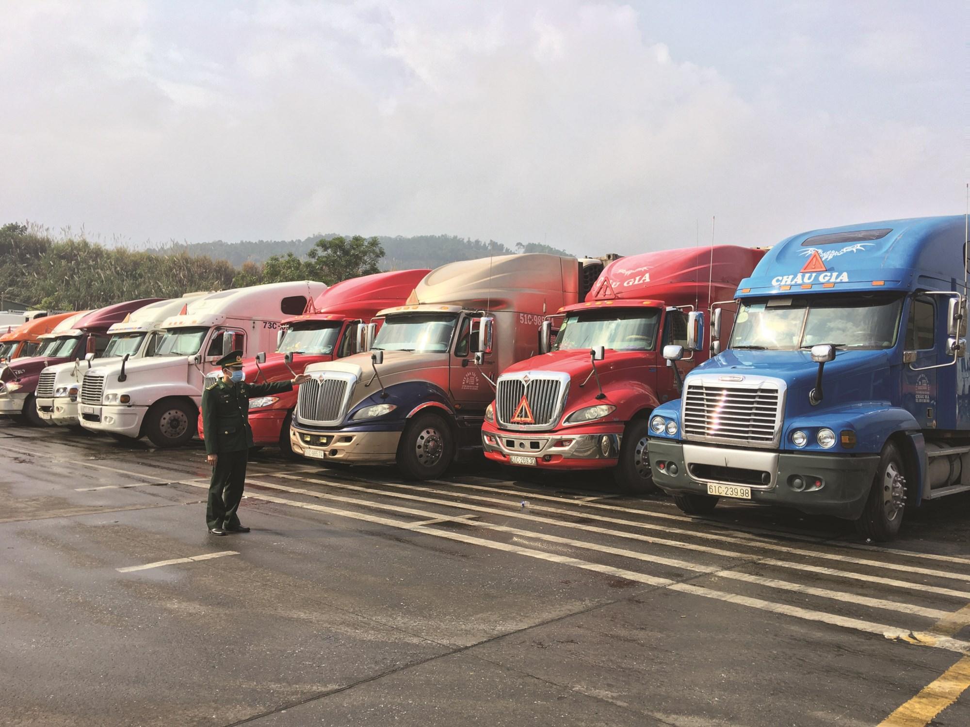 Lực lượng chức năng tại khu vực cửa khẩu đang hướng dẫn các xe tập kết bảo đảm an ninh trật tự