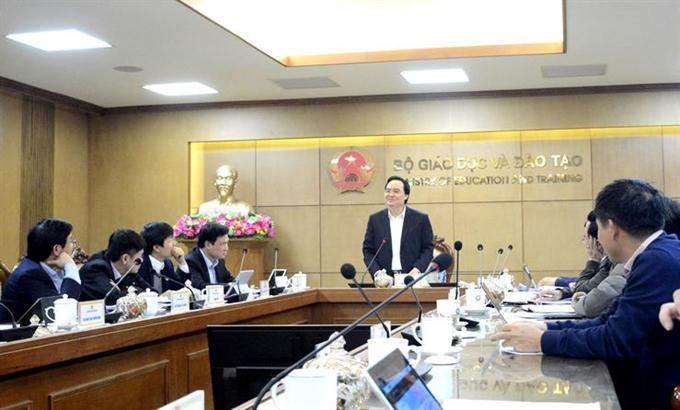 Bộ trưởng Bộ Giáo dục và Đào tạo Phùng Xuân Nhạ, Trưởng Ban Chỉ đạo phòng, chống dịch bệnh nCoV Bộ GDĐT chủ trì cuộc họp Ban Chỉ đạo. Ảnh: MT