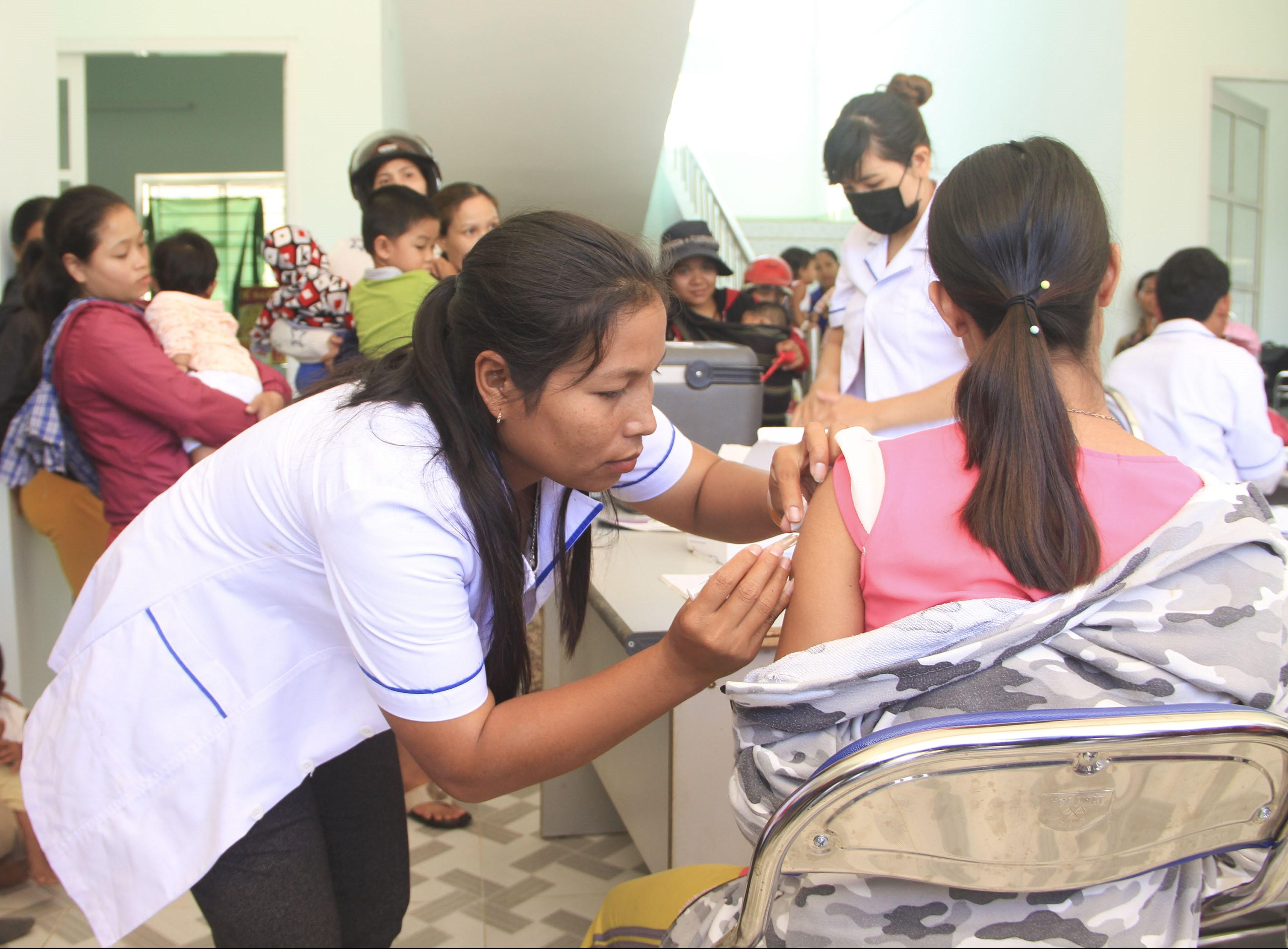 Chị Katơr Thị Nính đang tiêm vacxin cho các phụ nữ đang trong giai đoạn mang thai