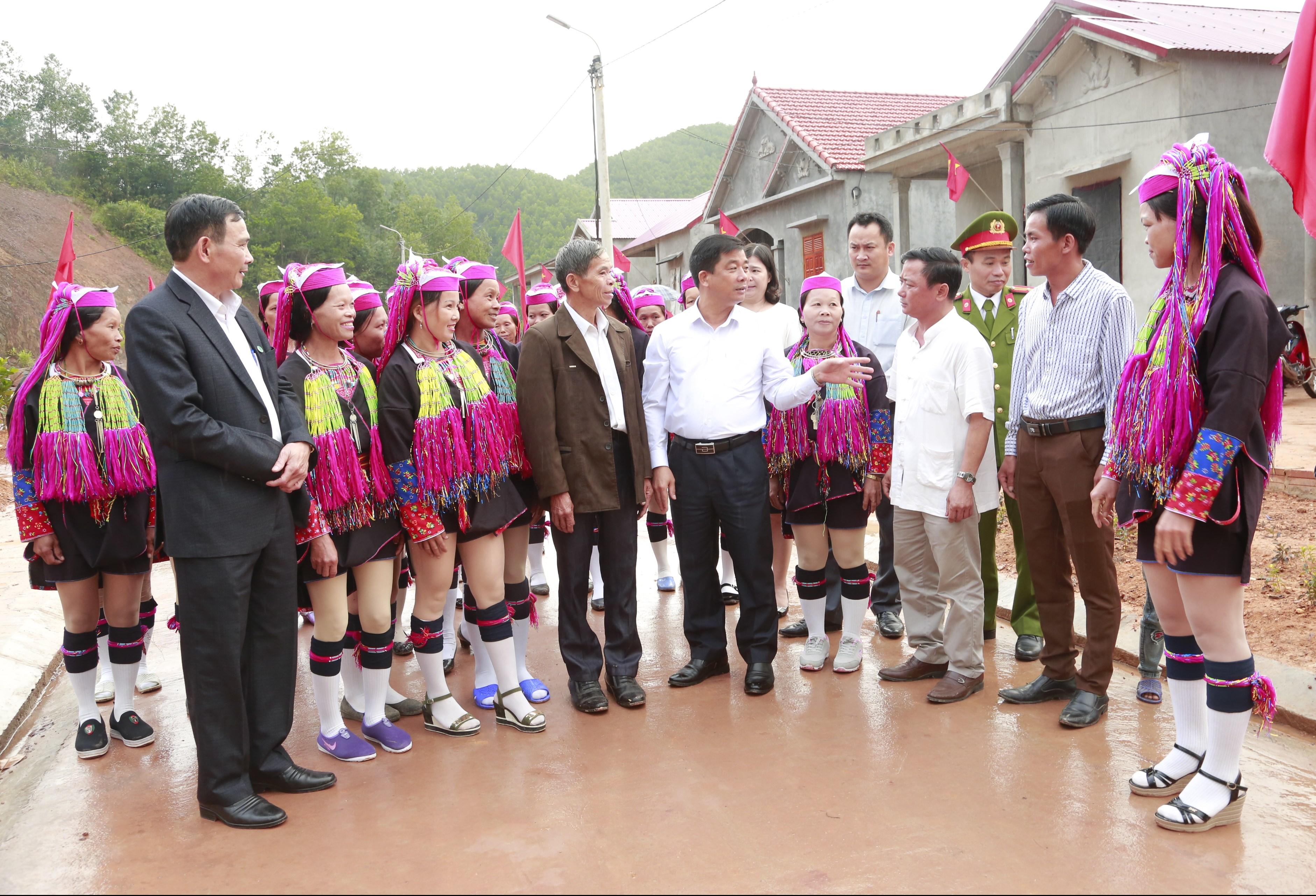 Bí thư Huyện ủy, Chủ tịch UBND huyện Tiên Yên Hà Hải Dương (đứng thứ 5 từ phải qua trái) trao đổi với cán bộ xã Hà Lâu và đồng bào thôn Khe Lẹ