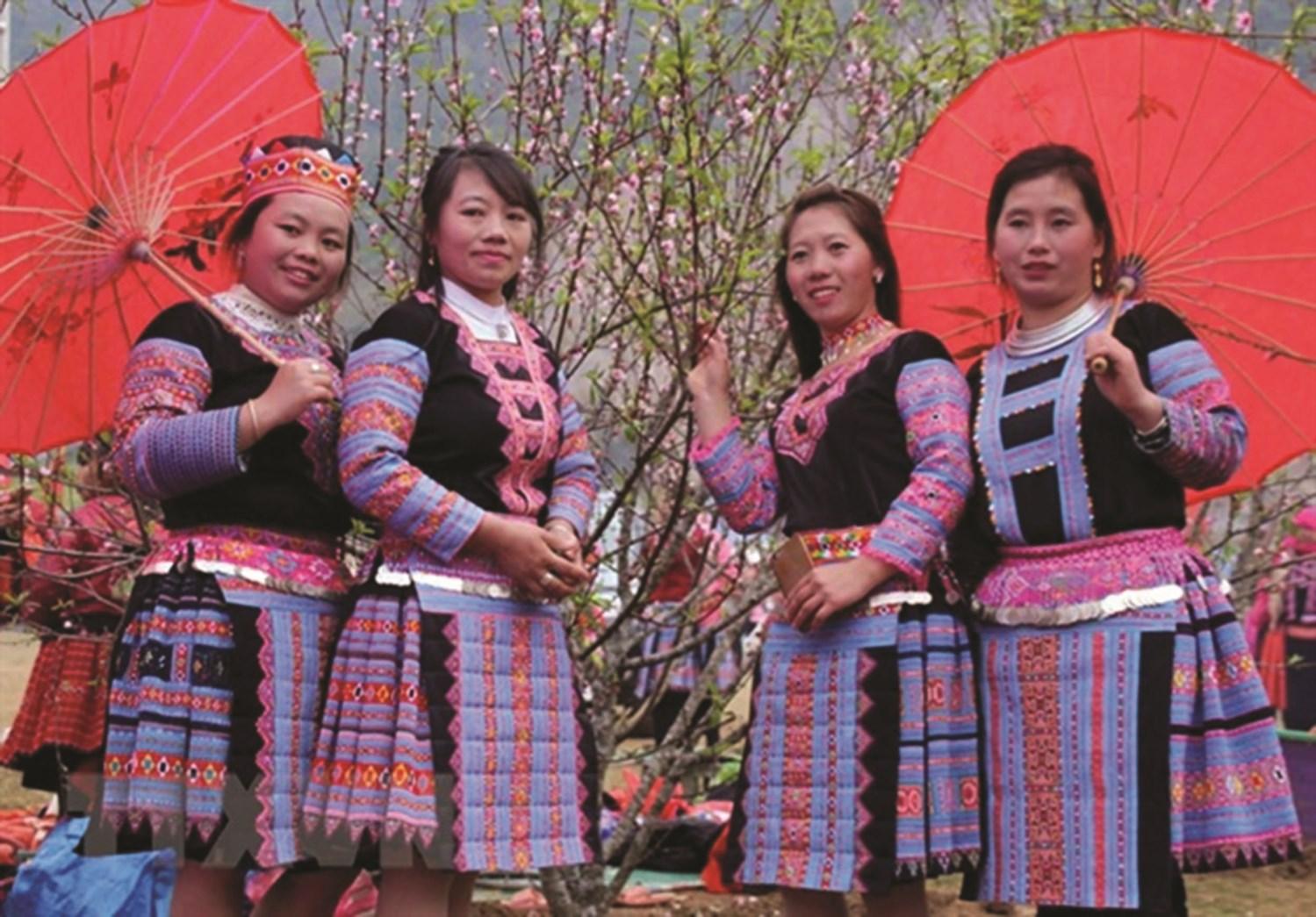 Những thiếu nữ dân tộc Mông trong trang phục truyền thống. (Ảnh TL)