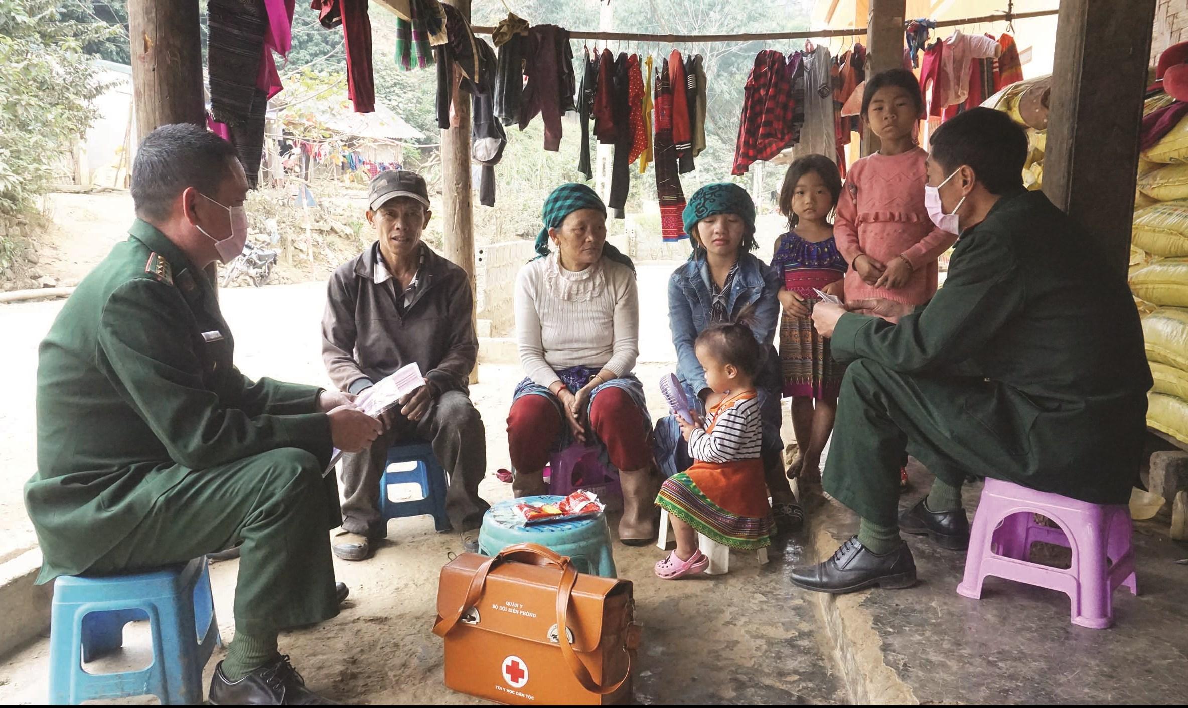 Thượng úy Nguyễn Thế Minh cùng với đồng đội xuống thôn bản phát khẩu trang, tuyên truyền hướng dẫn người dân phòng, chống dịch