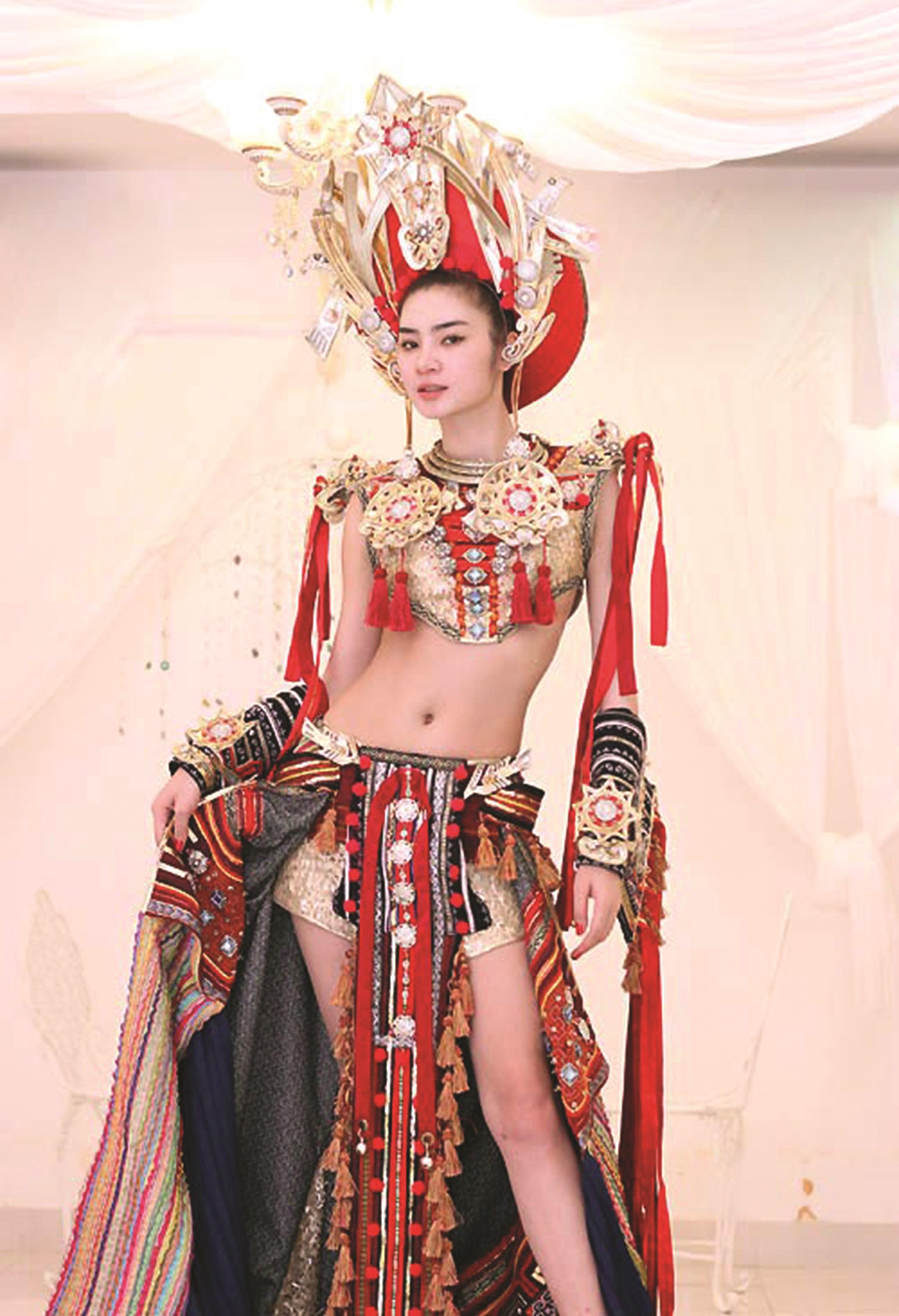 Ở bộ trang phục này, chân váy được may bằng chất liệu vải thổ cẩm của người Mông, có thể gây hiểu sai về văn hoá dân tộc này
