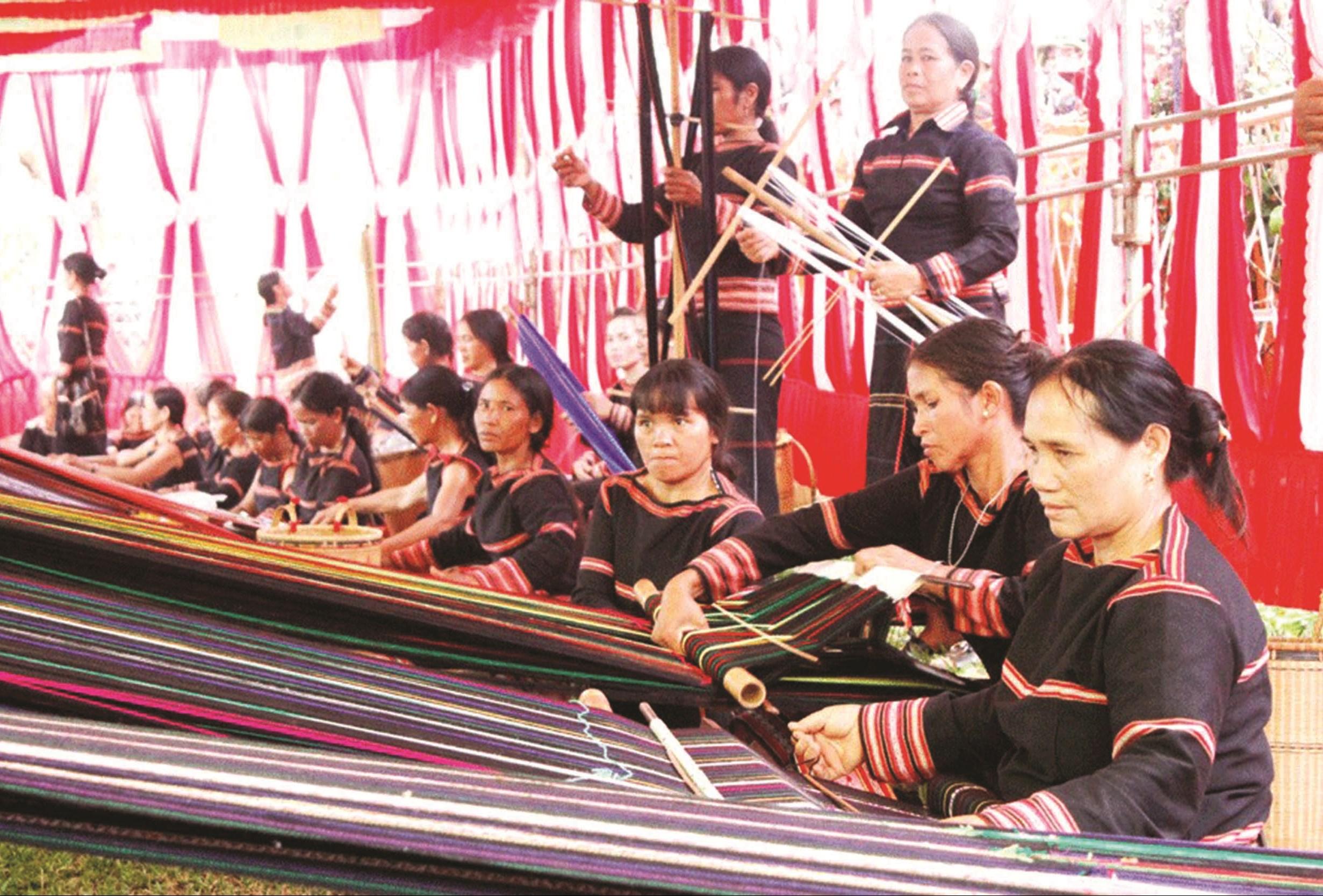 Phụ nữ Jrai ở Ia Ka - Gia Lai vẫn miệt mài với nghề dệt thổ cẩm truyền thống