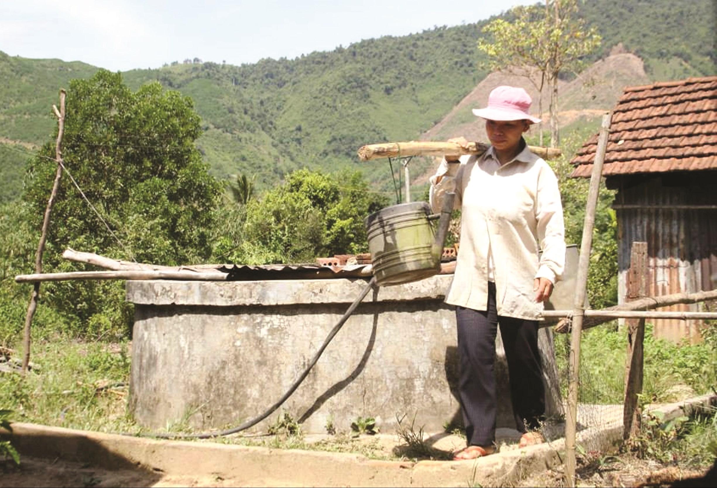 Người dân Quảng Ngãi phải đi chắt từng giọt nước về sinh hoạt