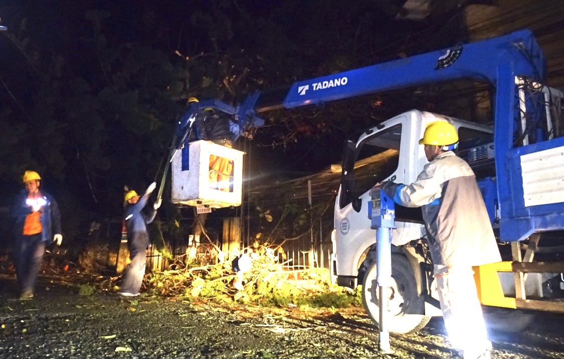 Các cán bộ công nhân viên Điện Lực Yên Bái khắc phục sự cố điện lưới ngay trong đêm xảy ra mưa đá