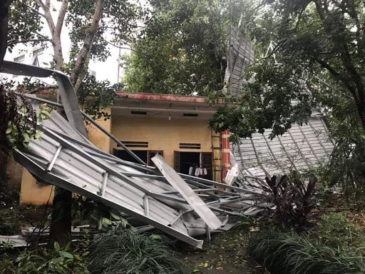 Mưa đá và giông lốc ở Yên Bái làm tốc mái nhiều ngôi nhà của Nhân dân