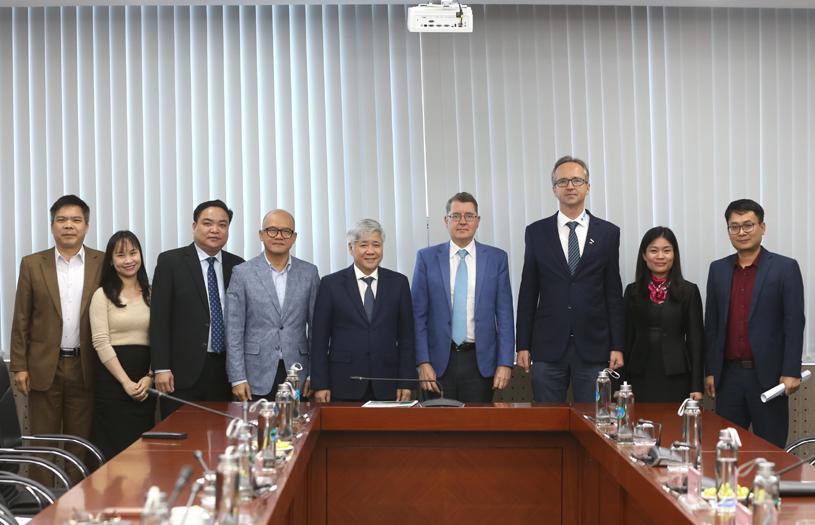 Bộ trưởng, Chủ nhiệm Đỗ Văn Chiến chụp ảnh lưu niệm cùng ông Thomas Schuller-Gotzburg, Đại sứ đặc mệnh toàn quyền nước Cộng hòa Áo tại Việt Nam