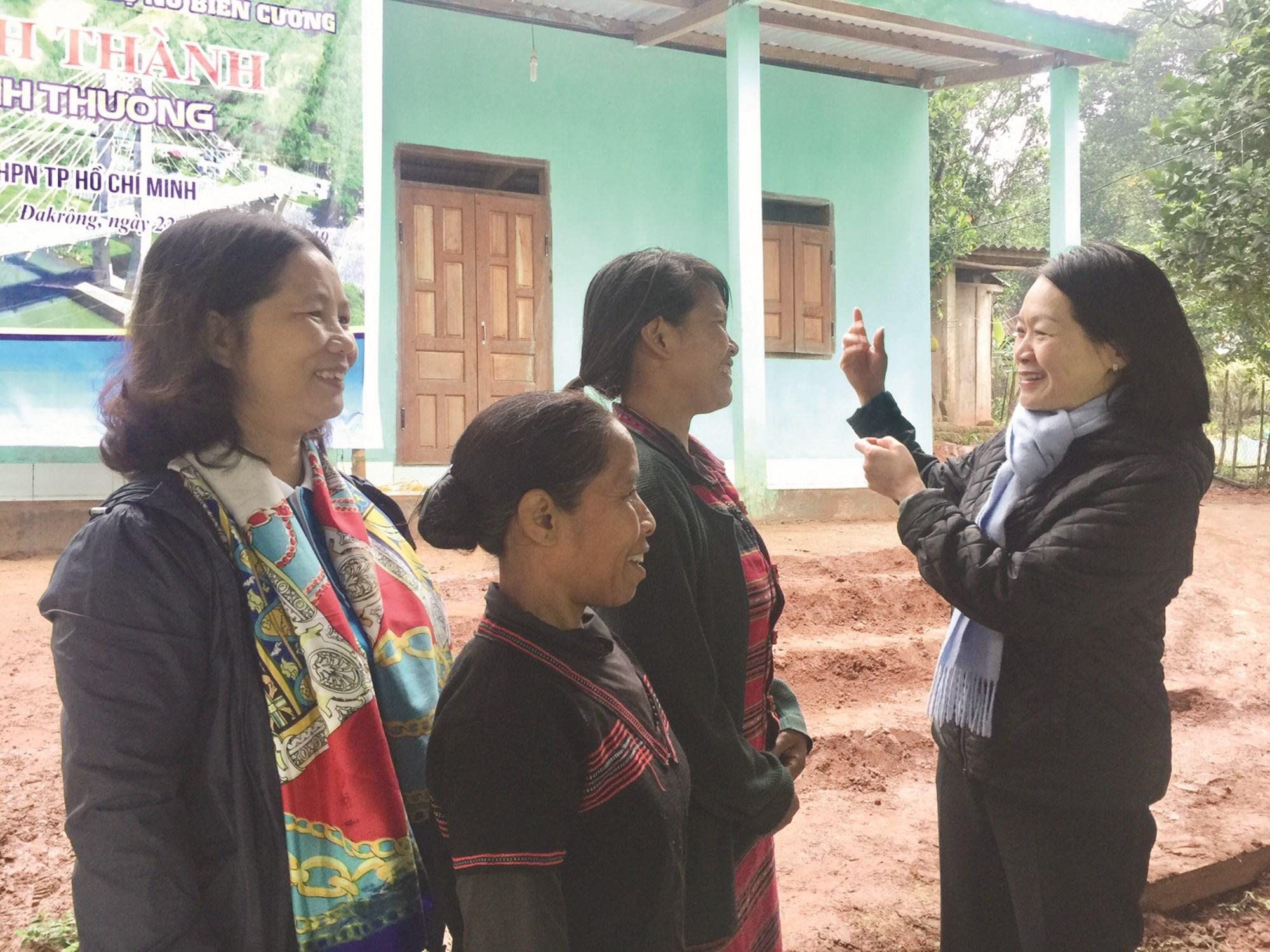 Phó Chủ tịch Trung ương Hội LHPN Việt Nam Bùi Thị Hòa (bên phải) tại Lễ trao tặng Mái ấm tình thương cho hội viên phụ nữ nghèo DTTS trong Chương trình đồng hành cùng phụ nữ biên cương tại xã A Ngo, huyện Đắk Rông, Quảng Trị (2019).