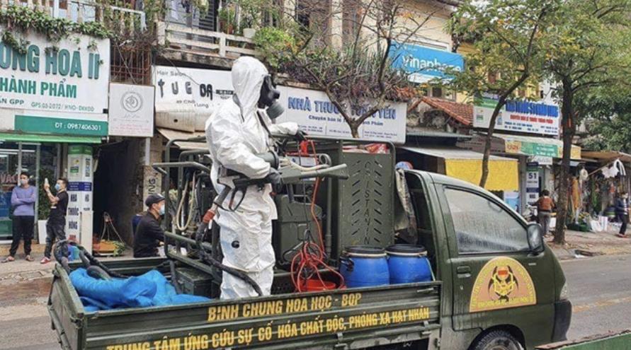 Sáng 7/3, Binh chủng Hóa học đã triển khai lực lượng đến khu vực phố Trấn Vũ, Trúc Bạch sau khi có người nhiễm COVID-19. (Ảnh: ĐT)