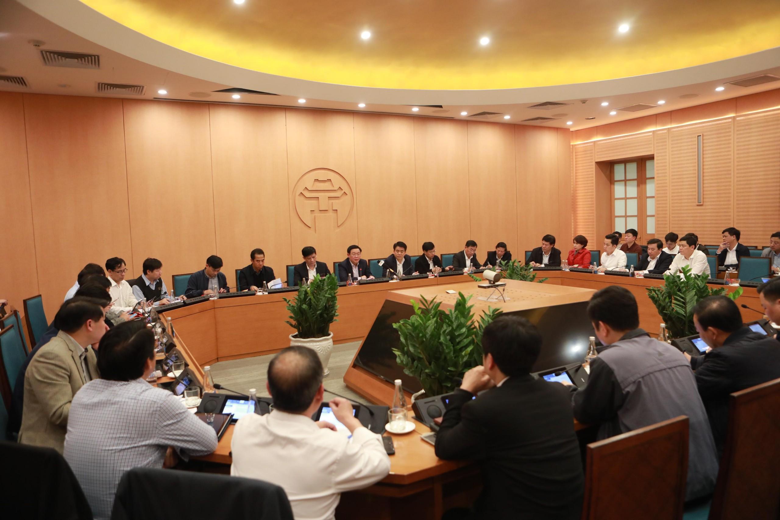 Toàn cảnh cuộc họp khẩn của lãnh đạo thành phố Hà Nội đêm ngày 6/3. Ảnh: VGP/Thiện Tâm