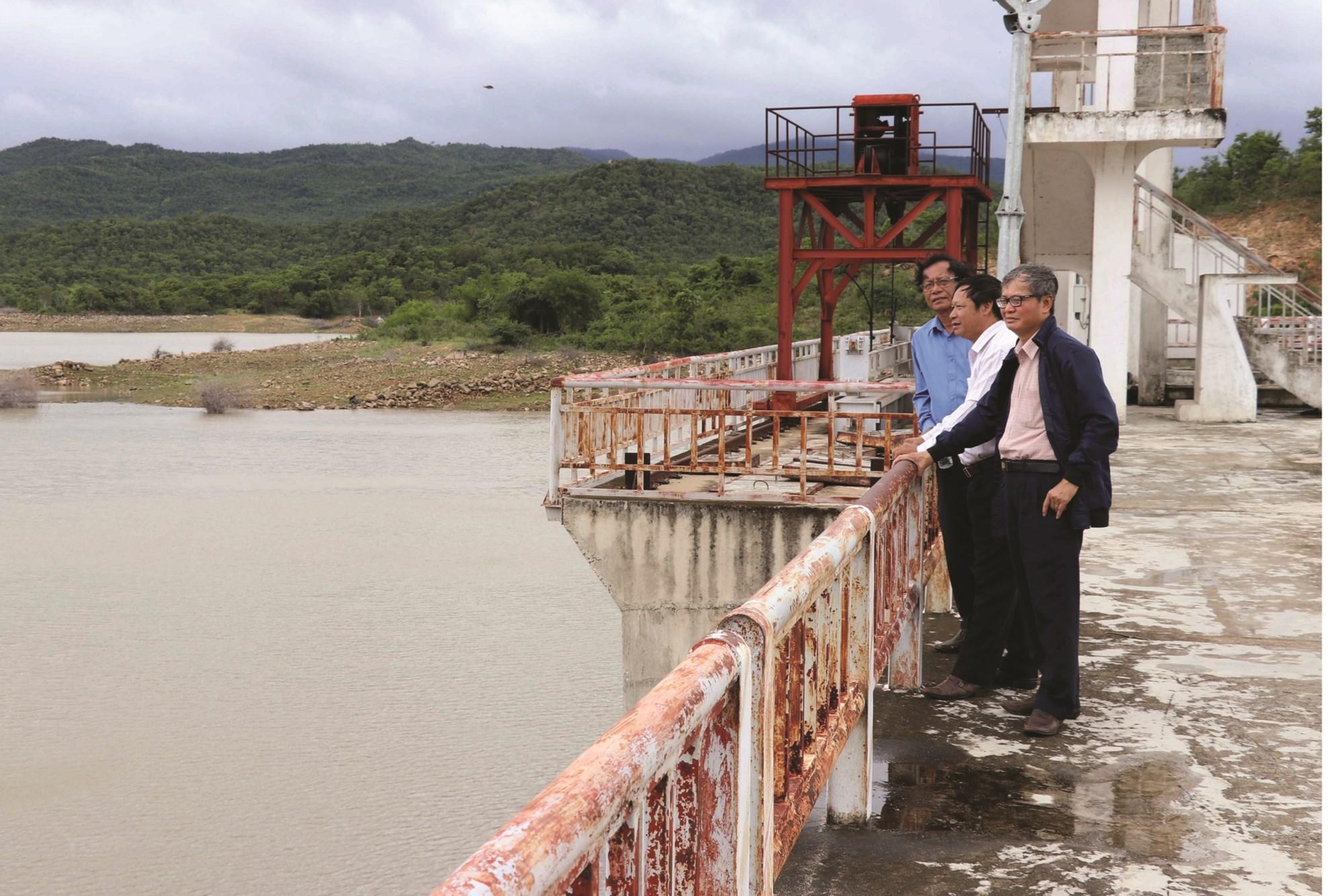 Lãnh đạo Sở Nông nghiệp và Phát triển nông thôn tỉnh Ninh Thuận  kiểm tra lượng nước các hồ đập.