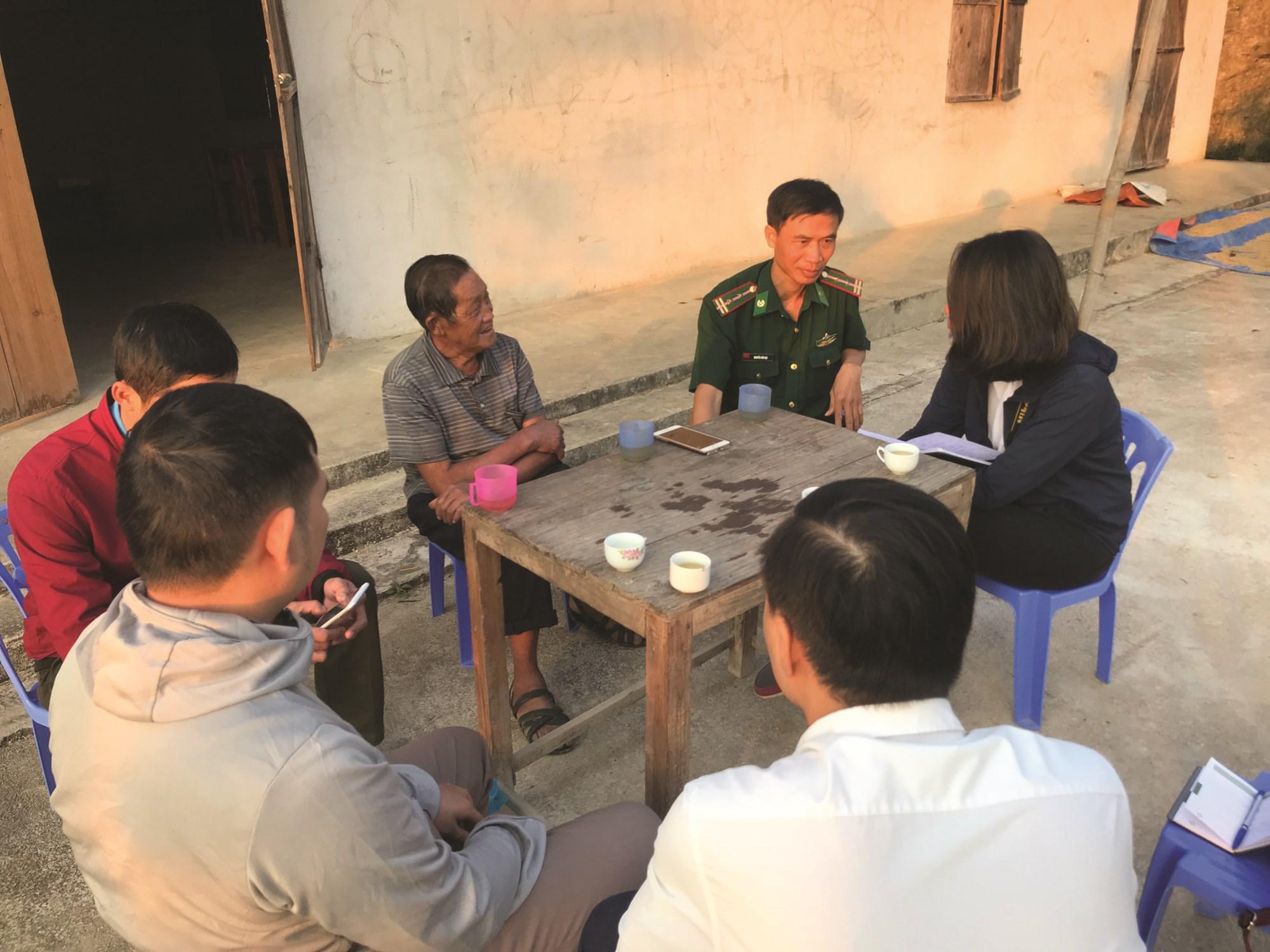 Ông Vàng Chỉn Tờ trò chuyện cùng cán bộ huyện, xã và phóng viên.