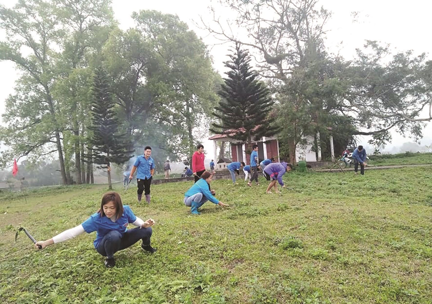 Đoàn Thanh niên xã Quyết Tiến, huyện Quản Bạ (Hà Giang) dọn dẹp vệ sinh khu dân cư