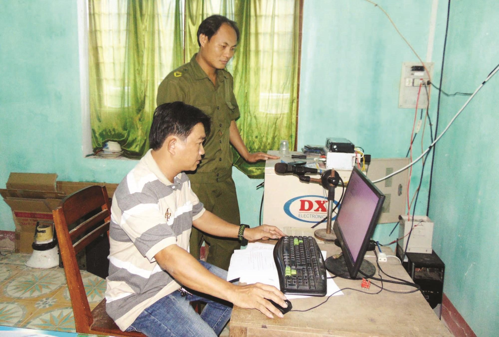 Công an xã Bình Đào và cán bộ Đài truyền thanh kiểm tra trung tâm điều khiển hệ thống loa phát thanh.
