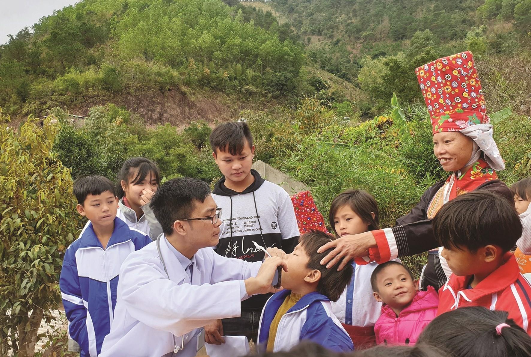 Đoàn Thanh niên Bệnh viện Sản nhi tỉnh Quảng Ninh khám, chữa bệnh cho trẻ em thôn Ngàn Vàng, xã Đồng Tâm, huyện Bình Liêu