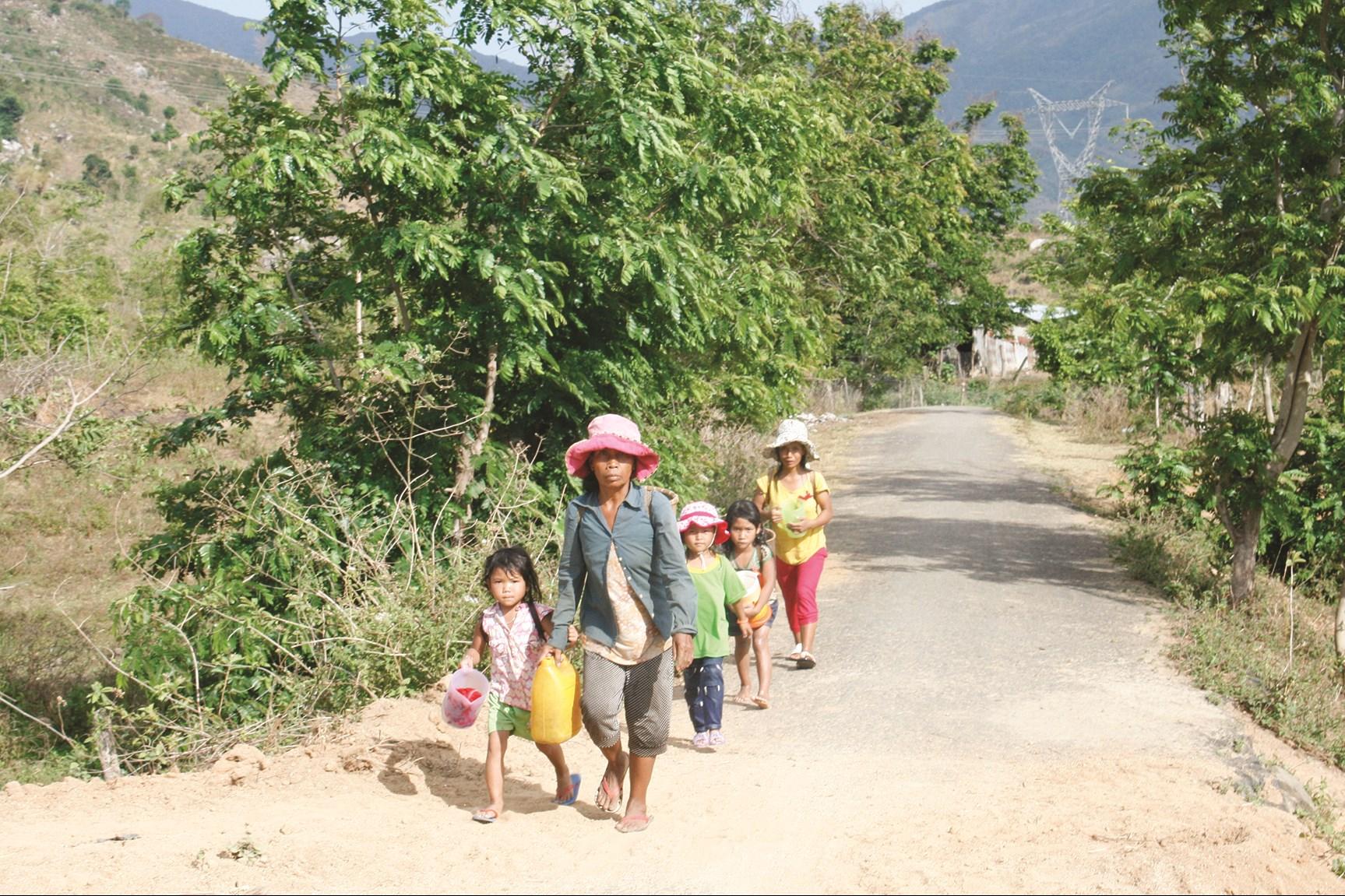 Nhiều phụ nữ ở Tây Nguyên phải đi xa hơn để lấy nước do hạn hán