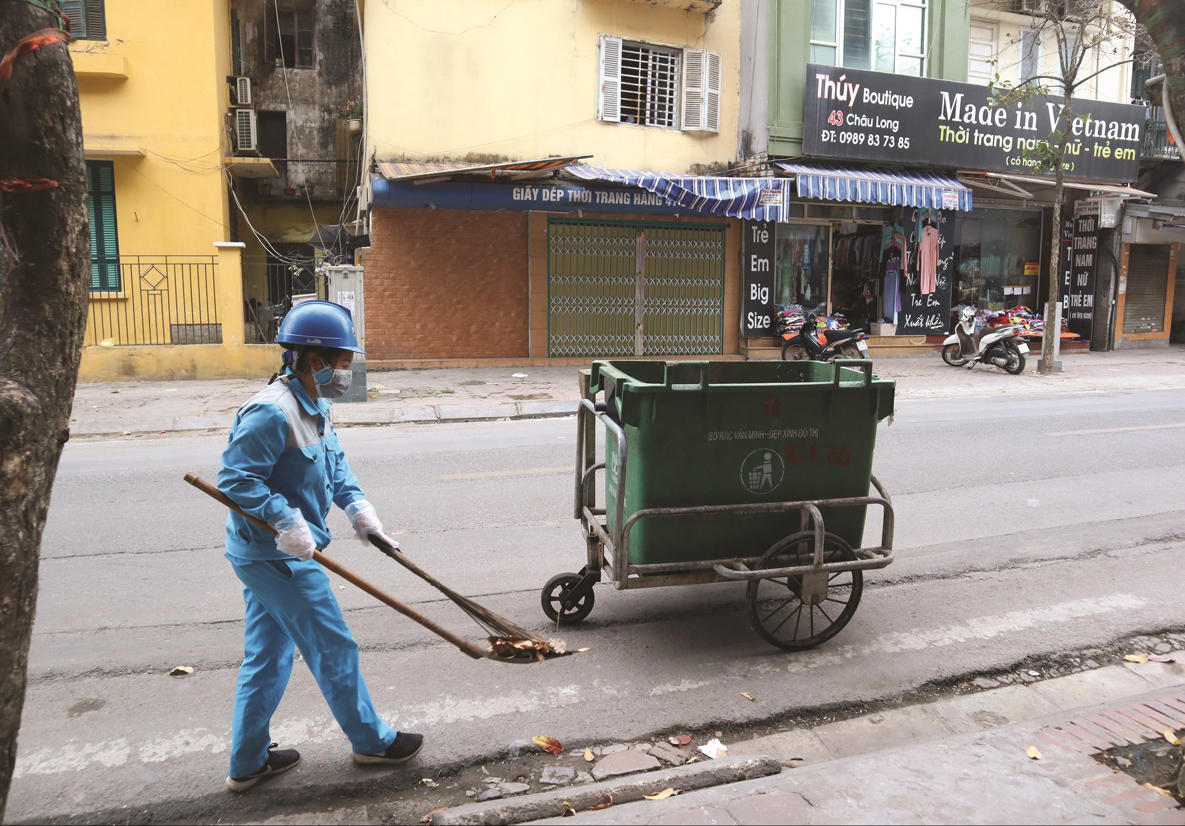 Công nhân vệ sinh thu gom rác thải trên phố Châu Long những ngày dịch Covid- 19 đang diễn biến phức tạp tại Hà Nội