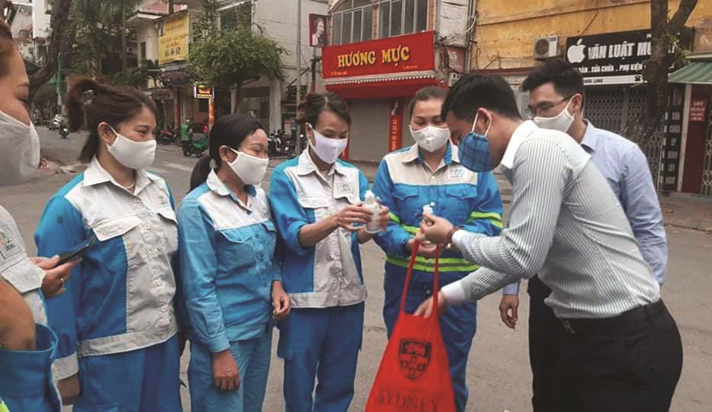 Những công nhân vệ sinh môi trường ở Hà Nội được trang bị đầy đủ các đồ dùng bảo hộ