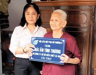 Đại diện CLB Đồng Tâm trao Mái ấm tình thương cho bà Huỳnh Thị Bời, Khóm 4, Phường 5, TP. Cà Mau.