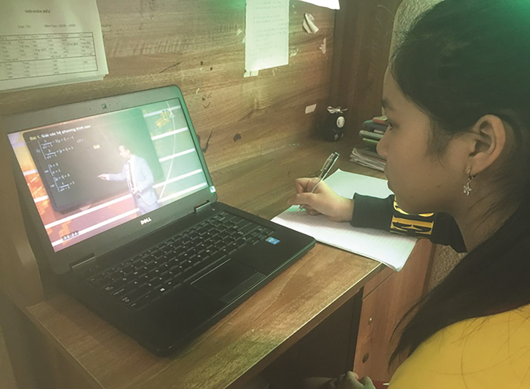Nhiều khó khăn cho học sinh học vùng DTTS học trên truyền hình trong mùa dịch Covid-19 (Ảnh: nguồn internet)