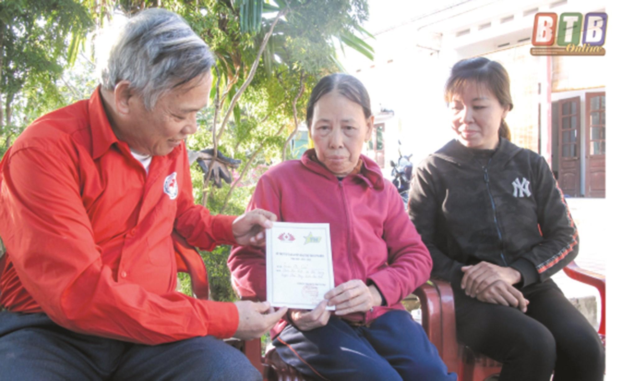 Hội Chữ thập đỏ xã Thái Giang trao sổ bảo trợ thoát nghèo cho bà Trần Thị Cúc, thôn Hạ Liệt.