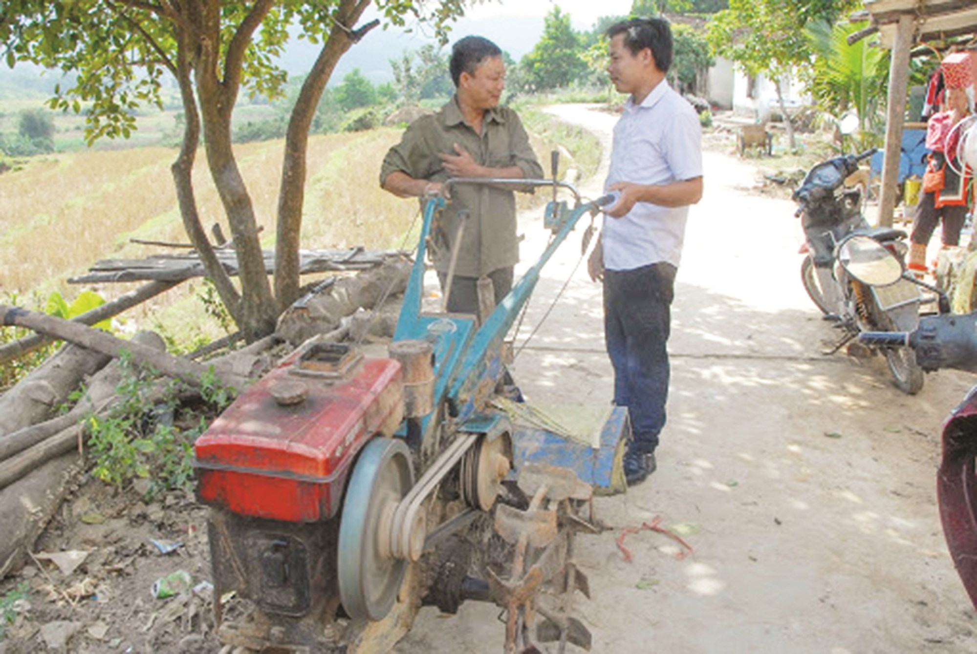 Cán bộ xã Quảng Phong (Hải Hà) trao máy cày hỗ trợ cho người dân, phục vụ cơ giới hóa sản xuất nông nghiệp.