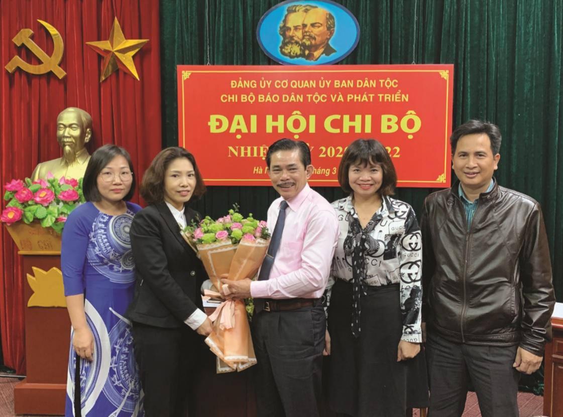 Đồng chí Nguyễn Thu Minh, Phó Bí thư Đảng ủy, Chánh Văn phòng Ban Cán sự Đảng và Đảng ủy cơ quan Ủy ban Dân tộc tặng hoa chúc mừng cấp ủy khóa mới