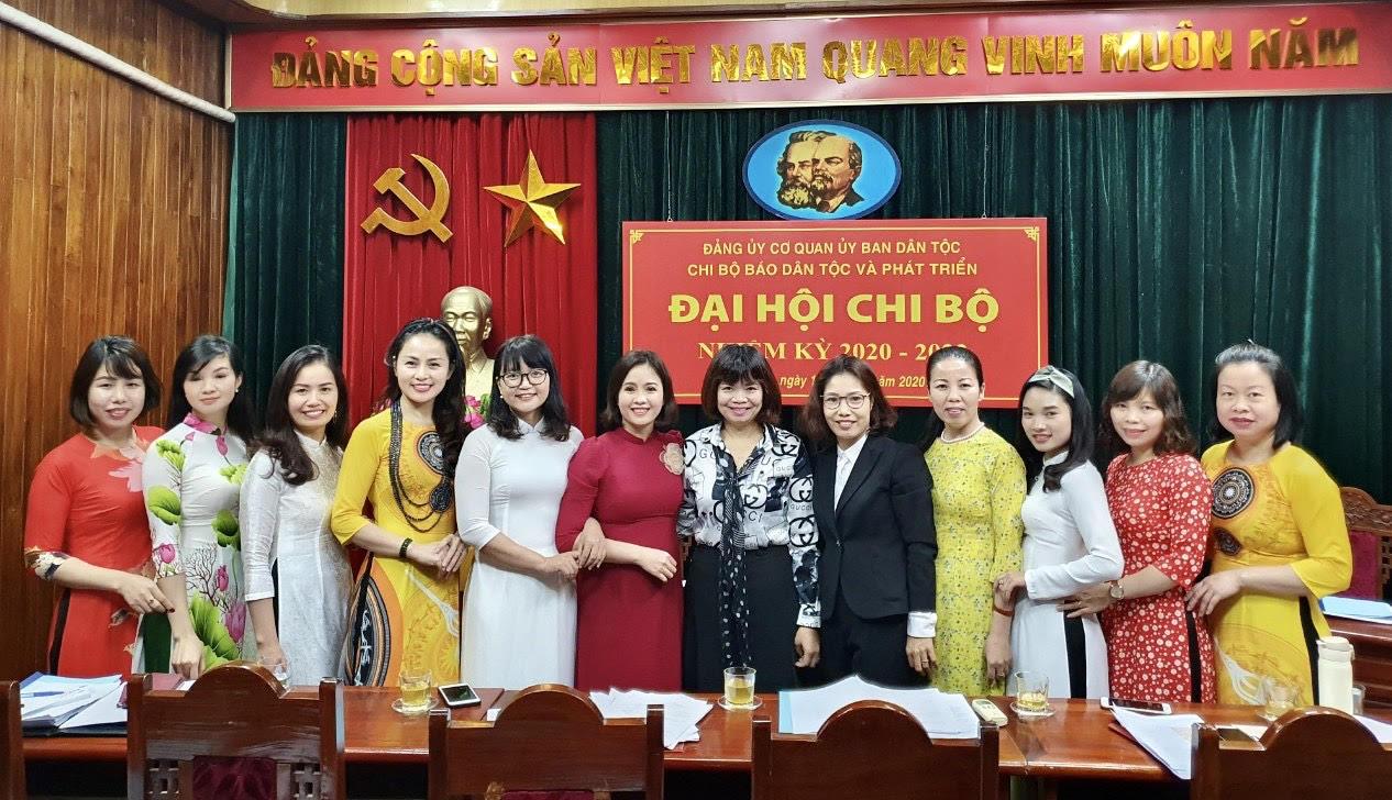 Đồng chí Nguyễn Thu Minh, Phó Bí thư Đảng ủy, Chánh Văn phòng Ban Cán sự Đảng và Đảng của cơ quan Ủy ban Dân tộc chụp ảnh lưu niệm với các đảng viên dự Đại hội