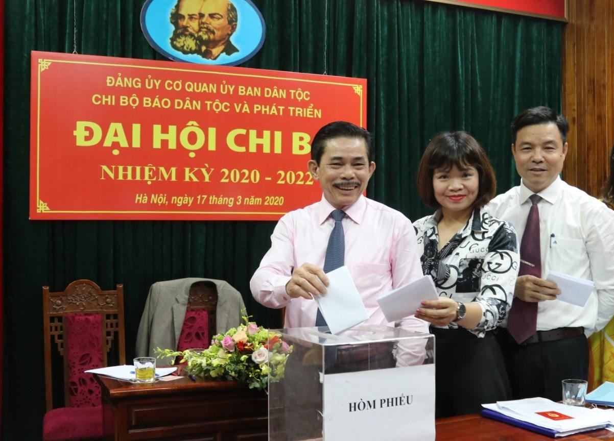Các đại biểu bỏ phiếu bầu cấp ủy Chi bộ nhiệm kỳ 2020-2022